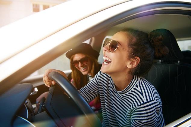 deux jeunes femmes conduisent