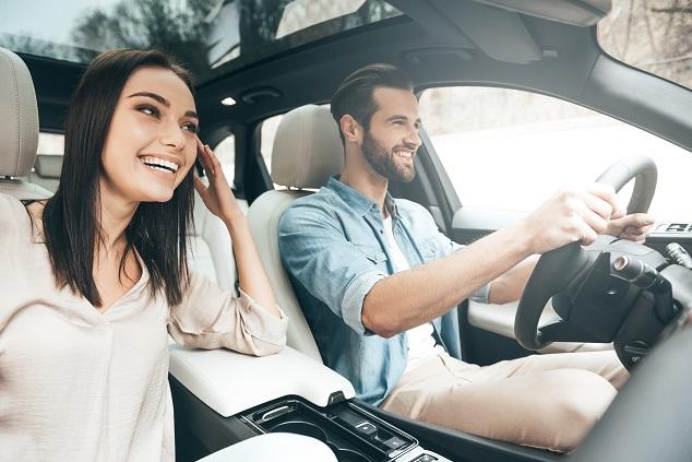 couple conduisant une voiture
