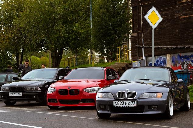 Des BMW sur un parking