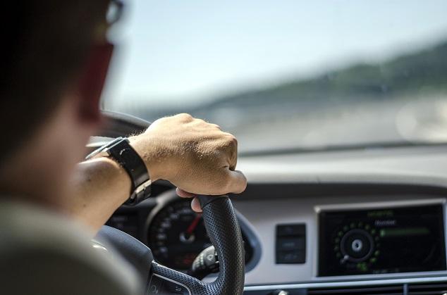 Un homme conduit une voiture