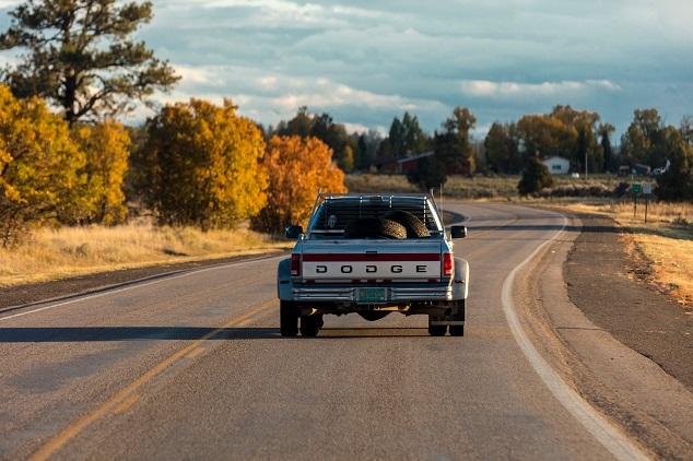 Une Dodge sur les routes