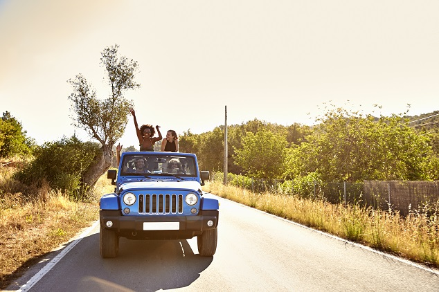 un groupe d'ami dans une jeep