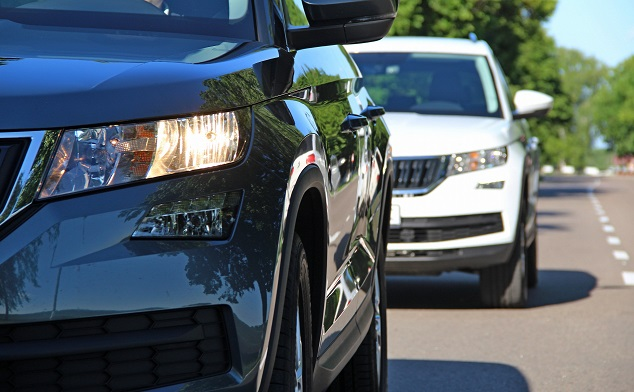 Deux voitures dans un embouteillage