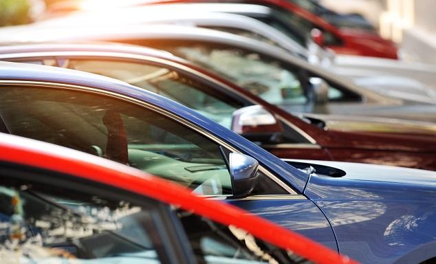 Une rangée de voitures